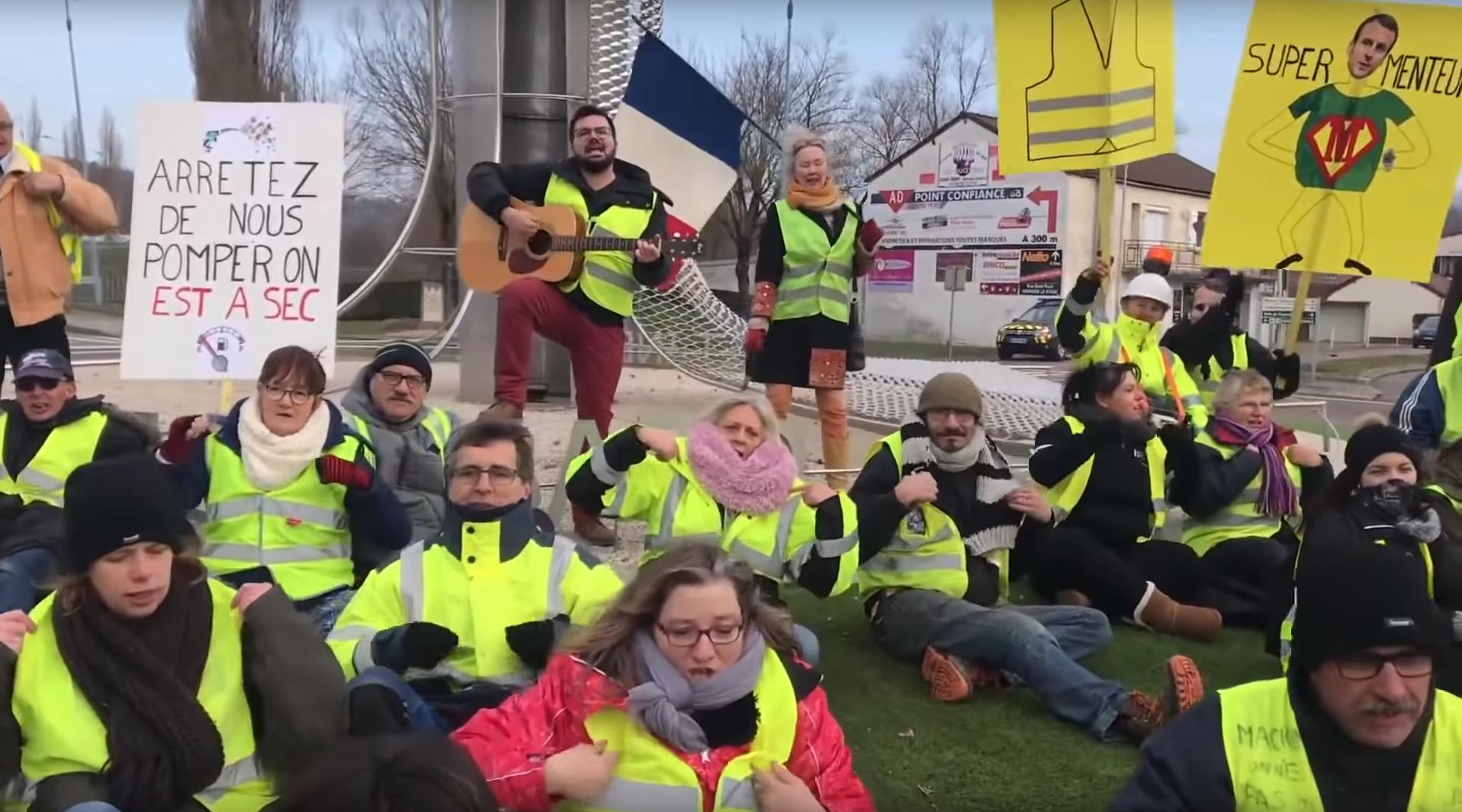 Débranche ta télé et enfile ton gilet» : la France des ronds-points chante en chœur