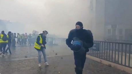 Roué de coups sous une pluie de projectiles, un CRS exfiltré par un Gilet jaune (VIDEO CHOC)
