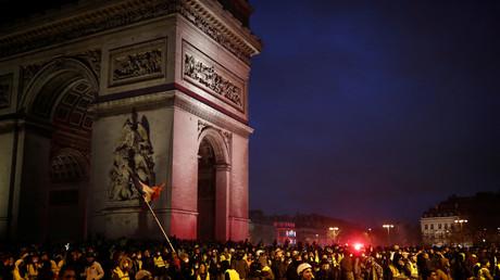 Manifestation des Gilets jaunes sur la place de l'Etoile près de l'Arc de Triomphe à Paris, le 1er décembre 2018.