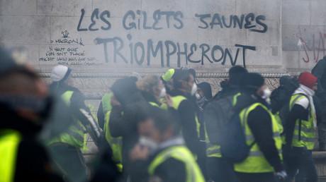 «Les Gilets jaunes triompheront» tagué sur l'Arc de Triomphe, le 1er décembre.