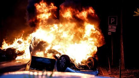 Une voiture en flammes, à l'image des nombreuses dégradations qui ont marqué le 1er décembre 2018 à Paris.