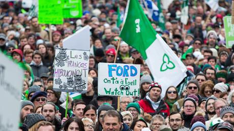 Des milliers de francophones protestent le 1er décembre à Ottawa contre la décision du gouvernement conservateur de l'Ontario d'annuler la construction d'une université francophone.