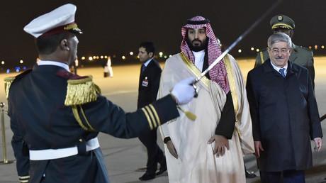 Le Premier ministre algérien Ahmed Ouyahia accueille à l'aéroport d'Alger le prince héritier saoudien Mohammed Ben Salmane, le 2 décembre 2018.
