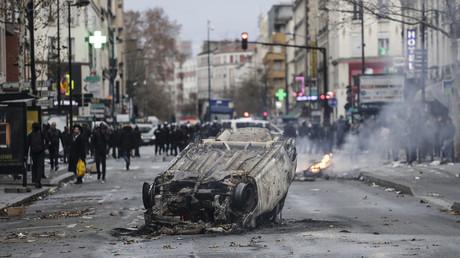 Une voiture incendiée à Aubervilliers le 3 décembre 2018.