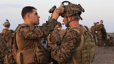 Un lieutenant militaire américain inspecte les équipements d'un soldat, sur la base militaire du Camp Lemonnier, le 24 décembre 2013 (image d'illustration).