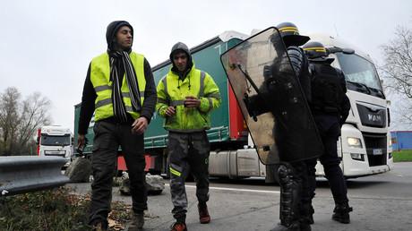 Les forces de l'ordre évacuent des Gilets jaunes qui bloquaient une route, le 19 novembre 2018 dans la localité française de Crespin, à la frontière avec la Belgique (image d'illustration).