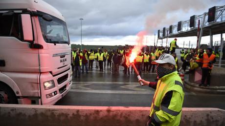 Des manifestants Gilets Jaunes dans la zone de péage de l'autoroute A31 à Beaumont, dans l'est de la France, le 24 novembre 2018, lors d'une manifestation.
