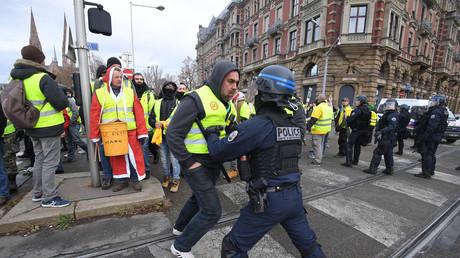 Des manifestants font face à des policiers lors d'une manifestation de Gilets jaunes à Strasbourg, le 1er décembre 2018.