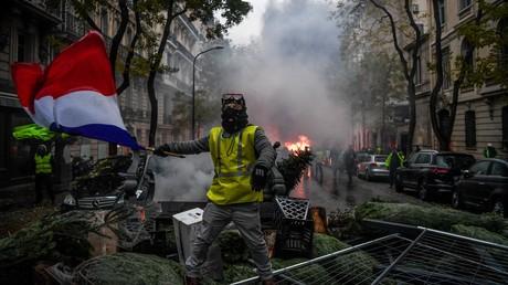 Un Gilet jaune sur une barricade à Paris, le 1er décembre.