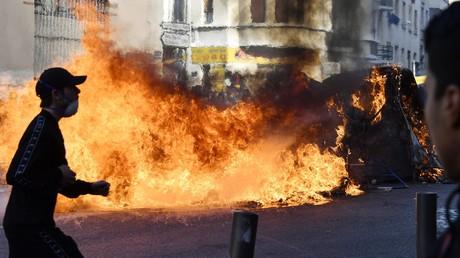 Des poubelles incendiées le 6 décembre à Marseille, en marge d'une manifestation lycéenne.