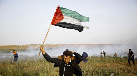 Un jeune Palestinien lors d'une manifestation qui s'est déroulée le 4 avril 2018 à proximité de la frontière israélienne dans la bande de Gaza.
