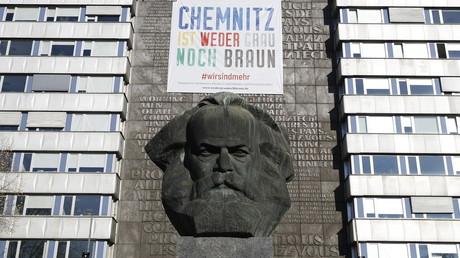 Une banderole «Chemnitz n'est ni grise ni brune», en référence aux couleurs de certains uniformes nazis dans les années 1920 et 1930 à Chemnitz.