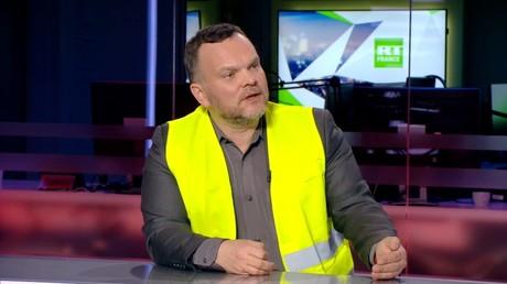 Djordje Kuzmanovic en Gilet jaune sur le plateau de RT France.