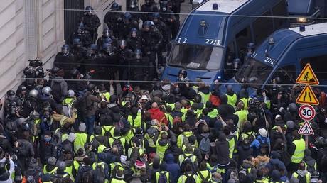 Arrestations, Marseillaise et Gilets jaunes agenouillés: ambiance tendue mais calme à Paris (IMAGES)