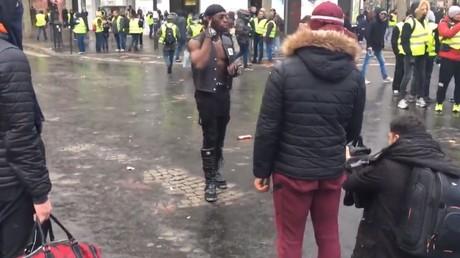 Insolite : un rappeur tourne son clip en plein milieu des Gilets jaunes à Paris