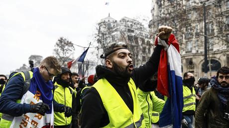 Des Gilets jaunes défilent à Paris, le 8 décembre.