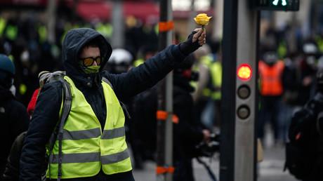 Prêtre, volley : ces scènes insolites lors de la dernière mobilisation des Gilets jaunes (VIDEOS)