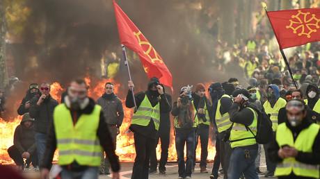 Des Gilets jaunes brandissent des drapeaux avec la Croix du Languedoc à Toulouse, le 8 décembre.