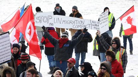 Des manifestants canadiens opposés au Pacte, devant le Parlement à Ottawa le 8 décembre 2018.
