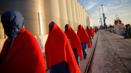 Des migrants marchent après avoir débarqué d'un bateau de sauvetage, dans le port espagnol de Malaga, le 9 décembre.
