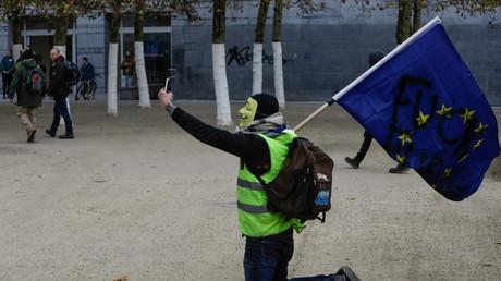 Un Gilet jaune se prend en photo lors d'une manifestation à Bruxelles le 30 novembre.