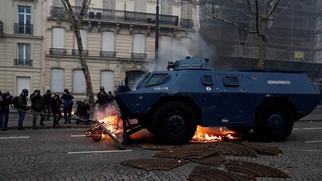 Un des véhicules blindés à roues de la gendarmerie (VBRG) en action à Paris le 8 décembre