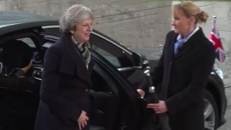 Theresa May enfermée dans une Mercedes avant d'être accueillie par Angela Merkel