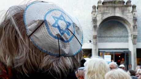 Un homme porte une kippa pour manifester contre l'antisémitisme à Berlin (image d'illustration)