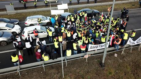 Des agriculteurs polonais, vêtus de gilets jaunes, bloquent l'autoroute A2 en direction de Varsovie, le 12 décembre 2018.