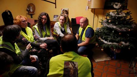 Des Gilets jaunes devant l'allocution d'Emmanuel Macron, le 10 décembre (image d'illustration).