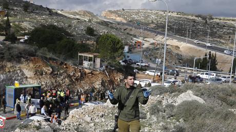 Deux Israéliens ont été tués et au moins deux autres blessés à un arrêt de bus de Cisjordanie occupée.