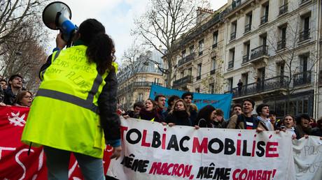 «Même Macron, même combat» : le slogan d'une banderole lors d'une manifestation étudiante le 11 décembre à Paris.