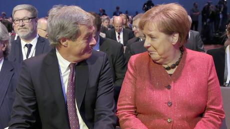 Le patron des patrons allemands Ingo Kramer aux côté de la chancelière Angela Merkel à Berlin, le 22 novembre (image d'illustration).