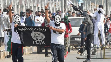 Des manifestants au Kashmir brandissant le drapeau de l'Etat islamique durant des heurts avec la police indienne à Srinagar en aout 2018.