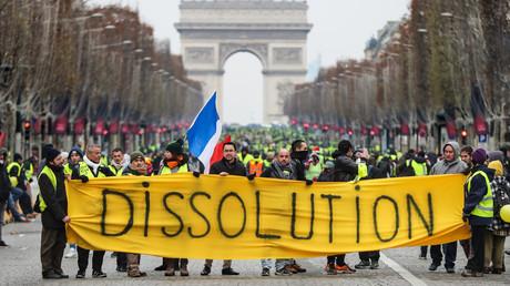 Des manifestants vêtus de gilets jaunes manifestent le 15 décembre 2018 sur les Champs-Élysées à Paris.