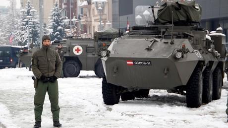 Un soldat de la mission de maintien de la paix au Kosovo (KFOR) déployée par l'OTAN surveille le pont reliant le nord au sud de Mitrovica, 14 décembe 2018.