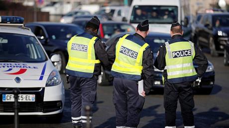 Des policiers mènent des contrôles routiers, décembre 2016, Paris (image d'illustration).