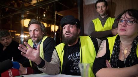 Le chanteur Francis Lalanne (centre) donne avec des Gilets jaunes une conférence de presse à Paris le 17 décembre 2018.