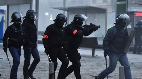 Des membres des forces de l'ordre lors de la mobilisation des Gilets jaunes du 15 décembre, à Bordeaux.