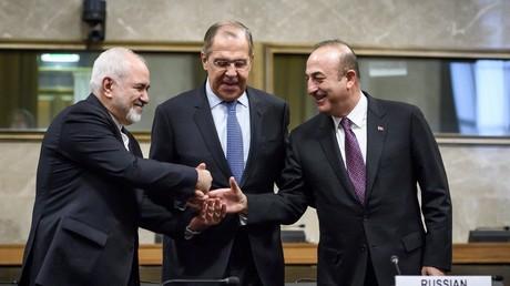 Le ministre russe des Affaires étrangères Sergueï Lavrov entouré de ses homologues turc Mevlut Cavusoglu et iranien Mohammad Javad Zarif, le 18 décembre à Genève (image d'illustration).