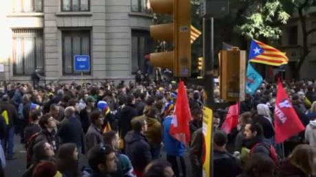 Conseil des ministres espagnol à Barcelone : des indépendantistes catalans protestent
