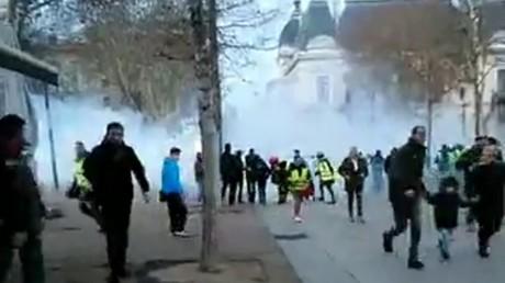 Gilets jaunes : le marché de Noël noyé sous le gaz à Saint-Etienne, des familles s'indignent (VIDEO)