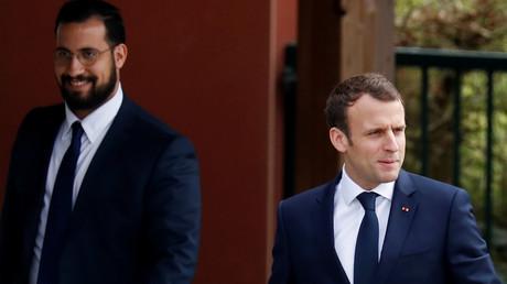 Alexandre Benalla accompagne Emmanuel Macron lors d'un déplacement, le 12 avril 2018.