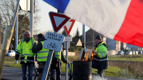 Des Gilets jaunes occupent un rond-point à Somain, dans le nord de la France, le 13 décembre 2018 (image d'illustration).