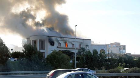 De la fumée s'échappant du ministère des Affaires étrangères libyen à Tripoli, le 25 décembre 2018.