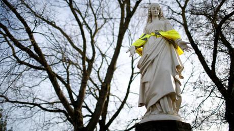 Une statue de la vierge Marie est fagoté d'un gilet jaune, à Nantes, le 10 décembre 2018.