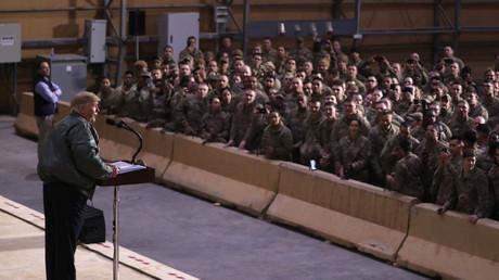 Le président américain Donald Trump donne un discours devant ses troupes sur la base d'al-Assad en Irak, le 26 décembre.