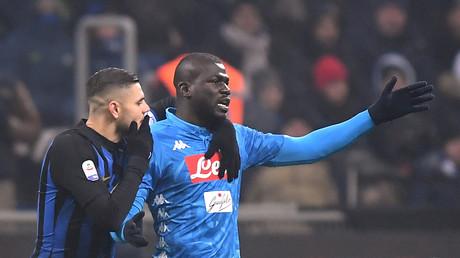 Le footballeur Kalidou Koulibaly lors du match de série A  le 26 décembre à Milan en compagnie de Paolo Mazzoleni de l'Inter Milan, lors de l'annonce du carton rouge.