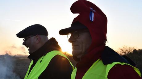 Deux Gilets jaunes, dont un portant un bonnet phrygien, le 10 décembre 2018, à Allonnes, près du Mans, dans l'ouest de la France (image d'illustration).