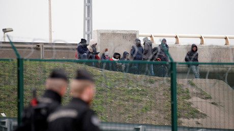Un groupe de migrants près d'un pont à Calais (image d'illustration).